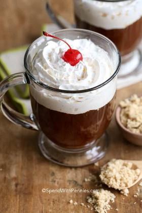 Café irlandés con crema batida y una cereza.