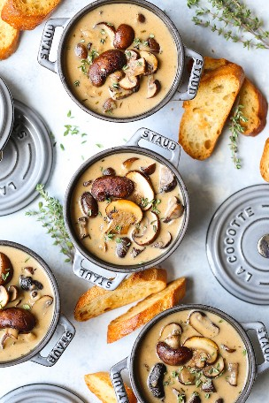 Sopa cremosa e assada de cogumelos: tão cremosa, rica, saudável e reconfortante! O segredo desta sopa é assar os cogumelos com alho e tomilho fresco primeiro!