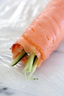 Estos elegantes molinillos de salmón ahumado son perfectos si quieres disfrutar de lox sin los bagels para un aperitivo de keto bajo en carbohidratos.
