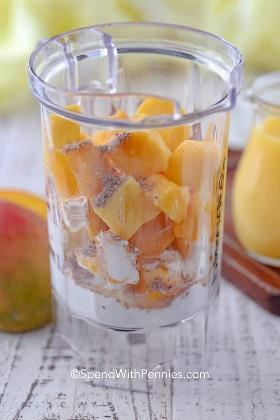Ingredientes para batidos de mango fáciles en una licuadora