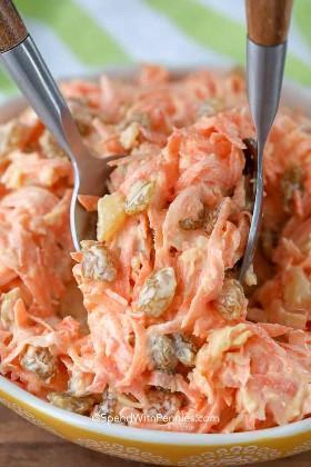 Se sirve ensalada de zanahoria