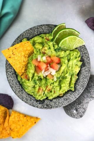 La mejor receta de guacamole con chips de maíz.