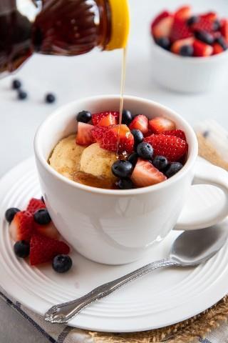 Fácil panqueques con bayas desayuno en una taza