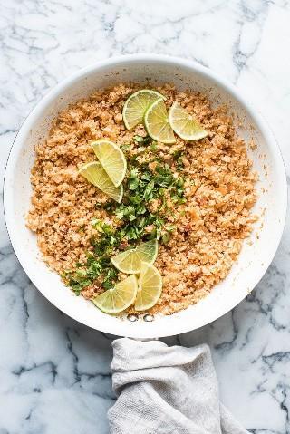 Este arroz de couve-flor mexicana é uma alternativa deliciosa e saudável de baixo carboidrato ao arroz tradicional mexicano. Está pronto em apenas 25 minutos e é livre de glúten, paleo, vegetariano e vegan.