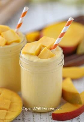 Receta de batido de mango en tazas con trozos de mango fresco