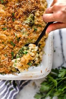 Esta receta casera de macarrones con queso al horno, fácil de usar, agrega brócoli a la mezcla, ¡una excelente manera de colar verduras en el plato favorito de un niño! También se aligera, por lo que menos calorías que el mac y el queso tradicionales.