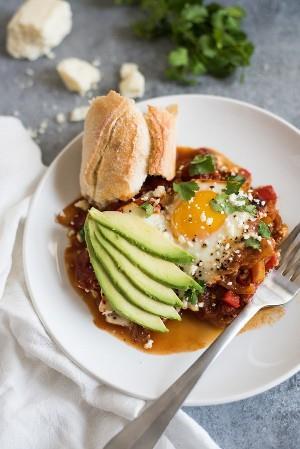 Chipotle Shakshuka é um prato vegetariano defumado e sem glúten que apresenta ovos cozidos em molho de tomate. É tão bom que até o maior restaurante vai adorar! Perfeito para café da manhã, brunch e até jantar.