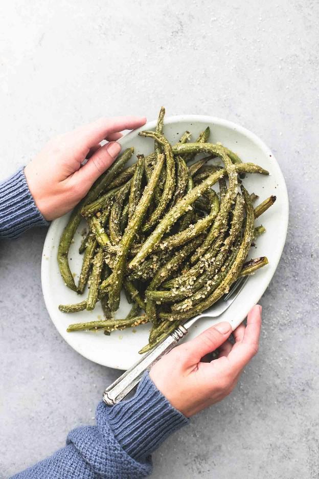 Frijoles verdes crujientes, parmesanos, crujientes, fáciles de asar con condimentos de ajo y hierbas sabrosos y una capa de parmesano crujiente que es irresistible. | lecremedelacrumb.com