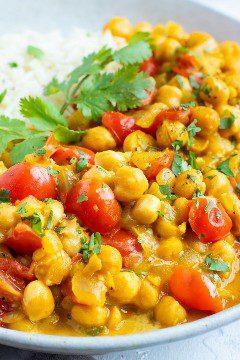 Un primer del curry y de tomates vegetarianos del garbanzo con el arroz basmati.