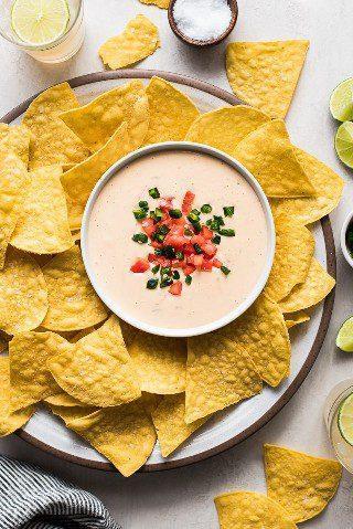 ¡Este Queso Dip mexicano hecho en casa es fácil de hacer y sale cremoso y suave en todo momento! Ahora puedes hacer tu restaurante favorito de queso en casa!