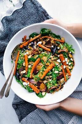 ¡Esta ensalada asada de remolacha, quinoa y zanahoria está llena de ingredientes saludables y buenos para ti! Es súper sabrosa y tiene el mejor aderezo de limón!