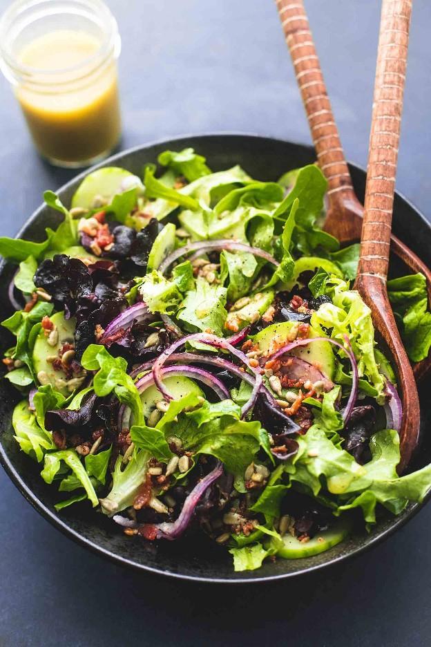 Best Simple Tossed Green Salad es el acompañamiento más fácil y combina perfectamente con casi cualquier cosa. ¡Totalmente personalizable y mezclado con el aderezo casero más sabroso de 6 ingredientes! | lecremedelacrumb.com