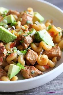 Un plato de pasta de inspiración mexicana ... ¡Las fajitas de pollo se unen a la noche de pasta! ¡Esta sencilla cena de pollo se hace en una olla, para una cena fácil lista en menos de 30 minutos!