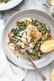 ¡Esta receta fácil de pescado florentino, hecha con una sartén de pescado blanco firme servido en una cremosa cama de espinacas se siente como algo que pedirías en un elegante restaurante!