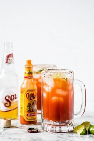 ¡Esta refrescante receta de Michelada hecha con jugo de Clamato y cerveza mexicana es el cóctel de cerveza perfecto para el brunch o junto con sus comidas de fiesta mexicanas favoritas!