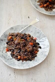 Receta de Moro-Locrio (arroz con cerdo y frijoles negros): Combina dos platos dominicanos clásicos, mezcla arroz, cerdo y frijoles negros en un plato sabroso.