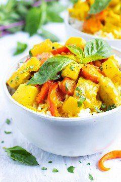 Un cuenco blanco lleno de una receta de curry amarillo.