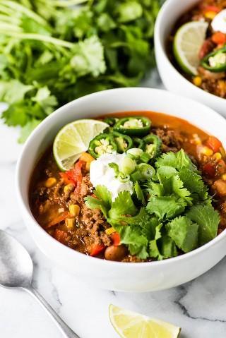 Esta receta de sopa de taco ofrece todo el sabor de tus tacos de carne molida favoritos, ¡pero en una sopa! ¡Sirva con sus ingredientes favoritos para tacos y chips de tortilla para un poco de crujido! (sin gluten, congelador amigable)
