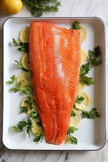 Este sencillo y saludable plato de salmón al horno está hecho con limón fresco y muchas hierbas frescas como el eneldo, el perejil y el cebollino.