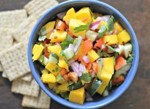 Esta salsa fresca y fácil de mango y pepino, con mango fresco, pepino y más, llegará a todos los lugares este verano.