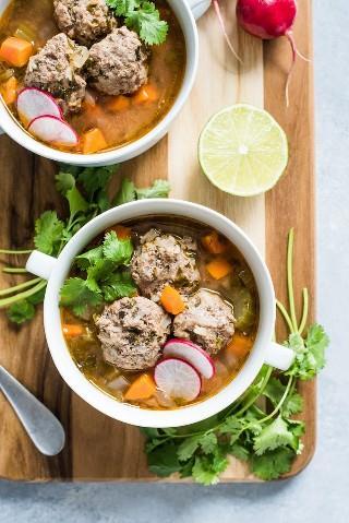 Esta sopa Albondigas, uma autêntica sopa de almôndegas mexicana, é servida em um caldo leve e saudável, cheio de legumes e proteínas magros! (sem glúten, paleo)
