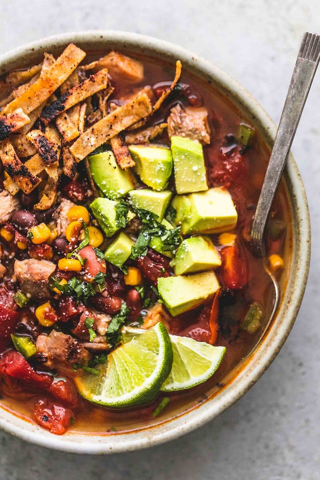 Fácil receta mexicana de sopa de tortilla de pollo | lecremedelacrumb.com