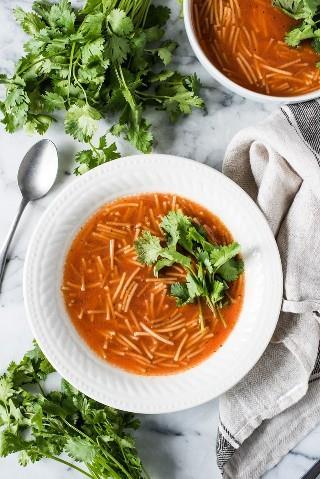 Sopa de Fideo, también conocida como sopa de fideos mexicana, es una sopa a base de tomate que es fácil de hacer y perfecta para toda la familia. Esta sopa satisfactoria y reconfortante también es vegetariana y vegana.