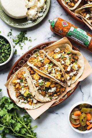 ¡Estos tacos de desayuno están hechos con chorizo, papas crujientes y huevos y son un auténtico desayuno mexicano perfecto para cualquier día de la semana!