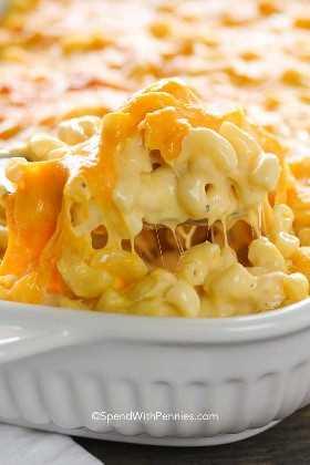 Sacar el mac y el queso de una cazuela blanca