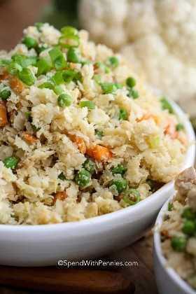 Coliflor de arroz frito con pollo y verduras en un tazón blanco
