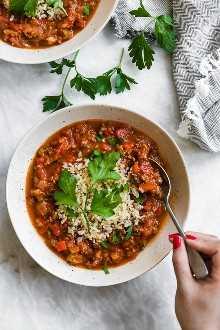 ¡La sopa de pimientos rellenos tiene todo lo que te gusta de los pimientos rellenos (pimientos, carne molida, tomates, arroz) en un tazón de sopa resistente!