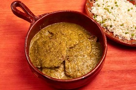 Chuletas De Cerdo Y Salsa Verde En Plato De Servir