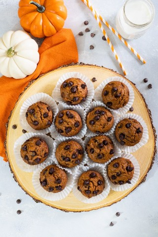Muffins de abóbora recheados com purê de abóbora e lascas de chocolate. - Biscoito inteligente