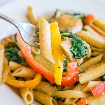 Fajita de pollo cremosa cargada de verduras en un tenedor