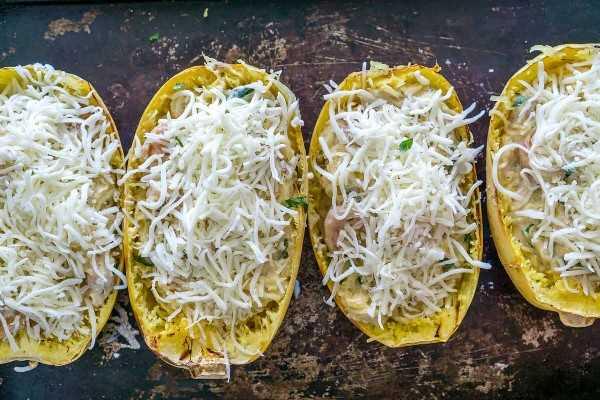 Imagen de calabaza espaguetis asada rellena con camarones con queso rallado