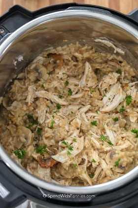 El pollo y el arroz Instant Pot se mezclaron en una olla instantánea cubierta con perejil fresco listo para servir.