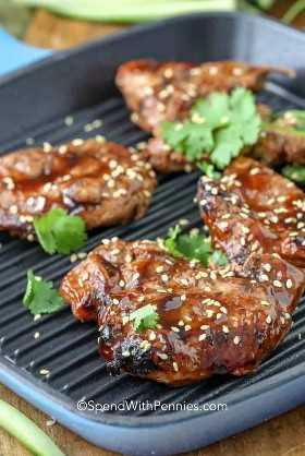 Teriyaki de porco com sementes de gergelim em uma panela