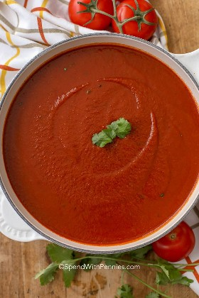 Una olla de salsa de enchilada lista para hacer enchiladas caseras.