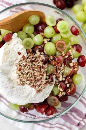 Ingredientes para ensalada de uva en un bol listo para mezclar.