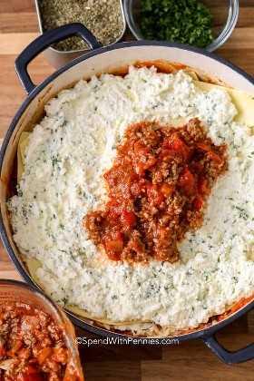 Lasaña de sartén se ensambla con capas de salsa de carne, fideos de lasaña y relleno de ricotta.