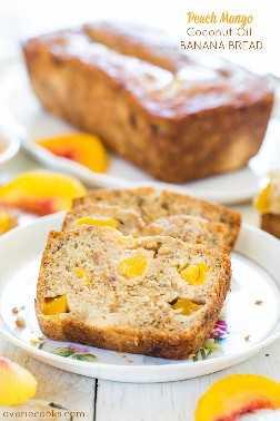 Pan de plátano con aceite de coco y melocotón - ¡El pan de plátano más suave y húmedo que sabe a vacaciones tropicales! Un nuevo favorito!