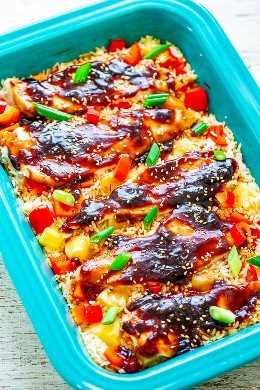 Pollo y arroz Teriyaki al horno: el pollo, el arroz, la piña y los pimientos rojos se cocinan juntos en UNA sartén para una CENA de la noche de la semana que sabe como si estuvieras en Hawai. La salsa teriyaki hecha en casa agrega mucho sabor INCREÍBLE!