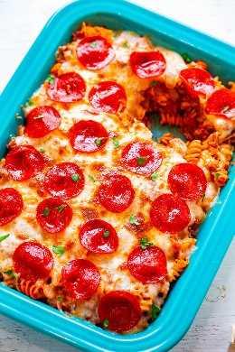 Casserole Pizza Pasta - FÁCIL, pronto em 20 minutos e para quando você quiser AMBOS pizza e macarrão! Carne moída, calabresa e muito queijo fazem desta caçarola uma ALIMENTAÇÃO CONFORTÁVEL! Alimente uma multidão!