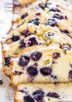 Lightening Up Blueberry Lemon Pound Cake - No BUTTER en este pastel más saludable con arándanos grandes y jugosos y un limón refrescante. ¡Es un guardián!