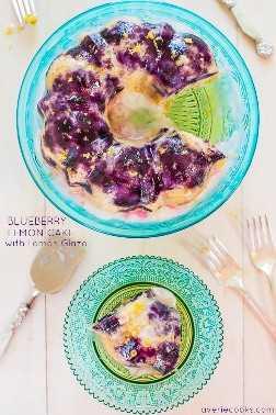 Pastel de limón y arándanos con glaseado de limón - ¡Casi más bayas que pastel en este pastel suave y esponjoso! El limón glaseado es delicioso plato-lamiendo!