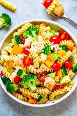 Ensalada italiana de pasta de pollo flaca: ¡FÁCIL, lista en 30 minutos, alimenta a una multitud y está del lado SKINNY! ¡El pollo jugoso, las verduras frescas y la pasta se lanzan en una vinagreta de limón italiana casera ligera y picante!