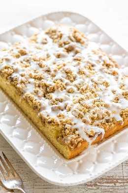 Buttery Crumb Coffee Cake - Um bolo fofo com CRISTA de canela e açúcar mascavo e uma cobertura perfeitamente doce! Um bolo de café fácil, perfeito para brunch, férias ou a qualquer momento que você estiver comendo um bolo CRAVING!