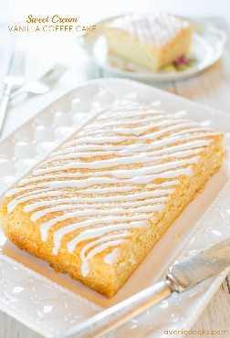 Sweet Cream Vanilla Coffee Cake - ¡Nunca adivinarás qué ingrediente especial mantiene esta torta rápida y fácil tan suave y húmeda!