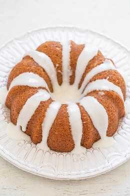 Bolo de rolo de canela gelado - O sabor dos rolos de canela em um bolo macio, macio e FÁCIL! Uma tigela, sem batedeira, e você vai adorar o doce e azedo GLAZE.