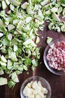 Couve de Bruxelas refogada com bacon é a melhor receita de couve de Bruxelas! Frito levemente até ficar crocante e levemente dourado nas bordas, é a minha maneira favorita de cozinhar e comê-los!